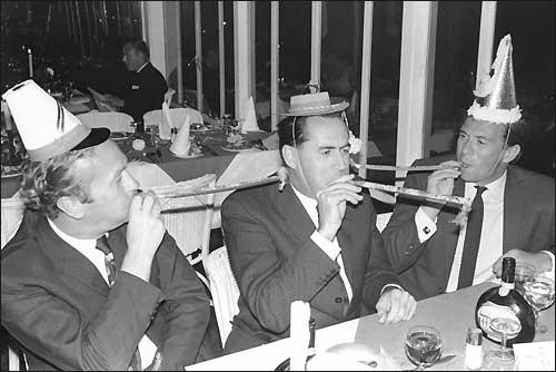 1 января 1968-го. Колин Чепмен, Джек Брэбэм и Джим Кларк отмечают Новый год...