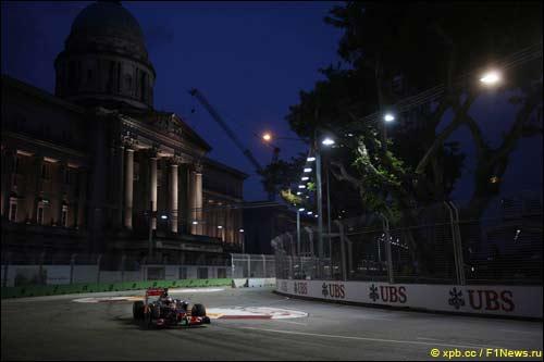 Дженсон Баттон на прошлогоднем Гран При Сингапура
