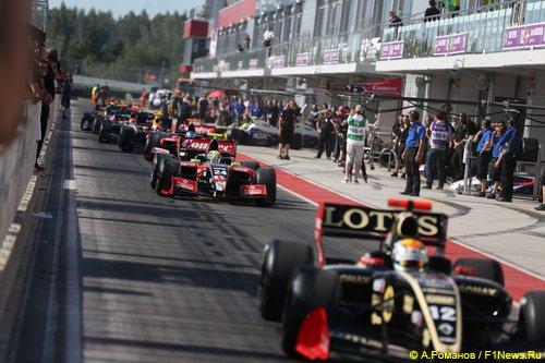 Гонщики Мировой серии Renault готовятся выехать на трассу