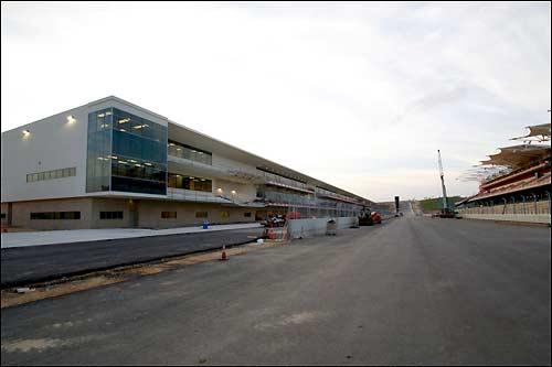 Здание комплекса боксов и старт-финишная прямая, фото СОТА