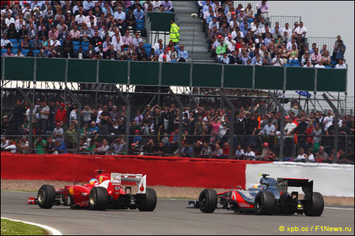 Фернандо Алонсо и Льюис Хэмилтон на трассе Гран При