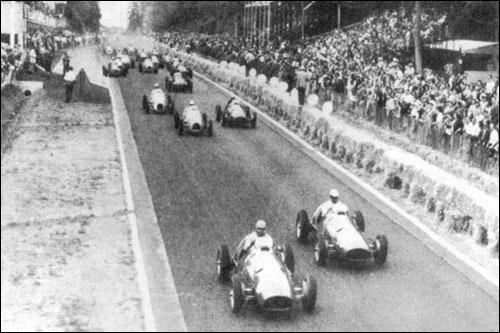 Пилоты Ferrari Альберто Аскари и Джузеппе Фарина лидируют на старте Гран При Франции 1952 года