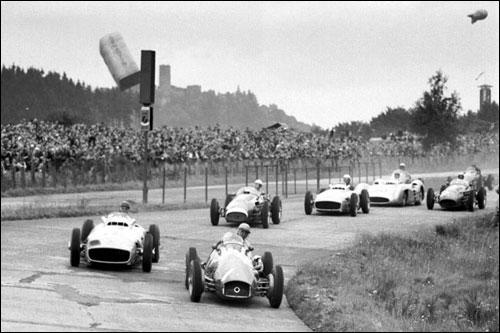 Хосе Фройлан Гонсалес лидирует на старте Гран При Германии 1954 года
