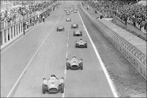Эудженио Кастеллотти на Ferrari лидирует на старте Гран При Франции 1956 года