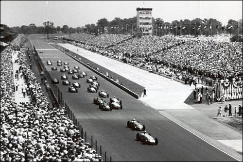 Обладатель поула Дик Ратман лидирует на старте 500-мильной гонки в Индианаполисе 1958 года