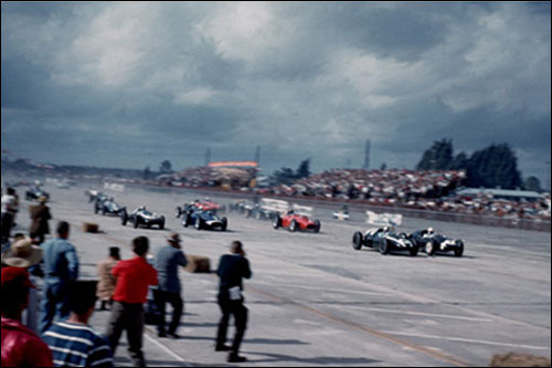 Джек Брэбэм и Стирлинг Мосс ведут спор за лидерство на первых метрах Гран При США 1959 года