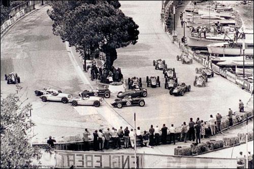 Йоаким Боннье лидирует на старте Гран При Монако 1960 года