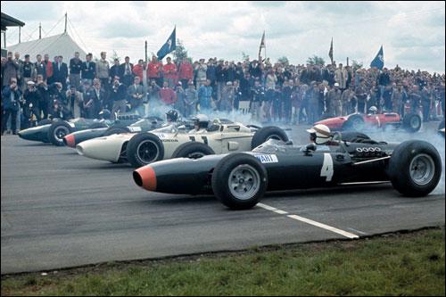 Старт Гран При Великобритании 1965 года: на первом ряду Стюарт, Гинтер, Хилл и Кларк