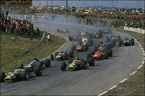 Грэм Хилл лидирует на старте Гран При США 1967 года