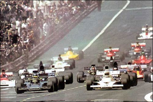 Ронни Петерсон и Дэнни Халм лидируют на старте Гран При Испании 1973 года