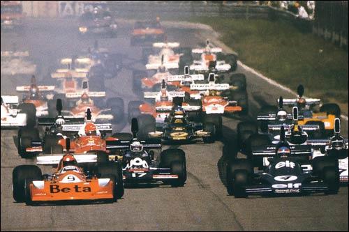 Витторио Брамбилла на March 751 лидирует на старте Гран При Швеции 1975 года