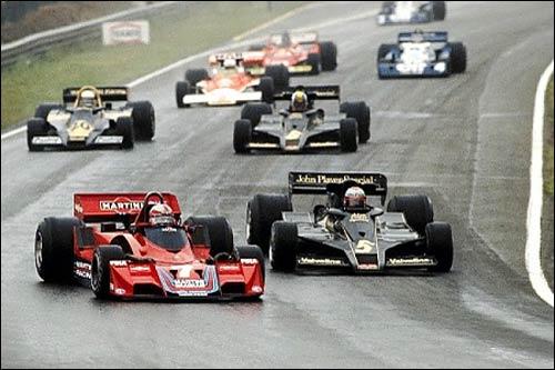 Джон Уотсон обгоняет обладателя поула Марио Андретти на старте Гран При Бельгии 1977 года