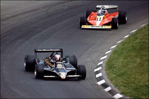 Марио Андретти лидирует на старте Гран При США 1978 года, опережая Карлоса Рейтемана