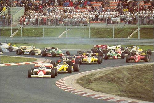 Ален Прост лидирует на старте Гран При Европы 1984 года. В правой части кадра видно, как Toleman Сенны налетел на Williams Росбе