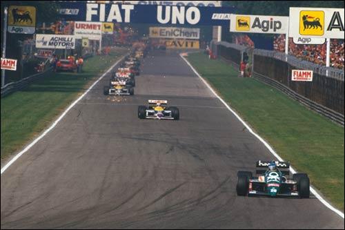 Герхард Бергер лидирует в дебюте Гран При Италии 1986 года
