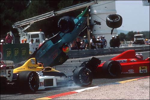 Не сумев проскочить между Williams Тьерри Бутсена и Ferrari Найджела Мэнселла, пилот Leyton House Маурисиу Гужельмин устроил эфф