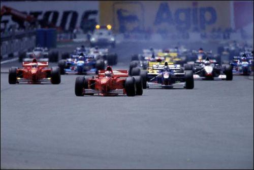 Михаэль Шумахер лидирует на старте Гран При Франции 1997 года