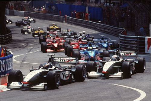 Пилоты McLaren Мика Хаккинен и Дэвид Култхард лидируют на старте Гран При Монако 1998 года