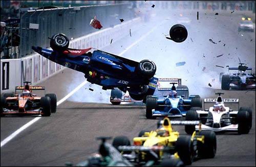 Prost Лучано Бурти в полете после столкновения с Ferrari Михаэля Шумахера на старте Гран При Германии 2001 года