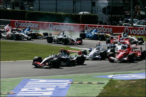 Кими Райкконен лидирует в первом повороте Гран При Италии 2006 года