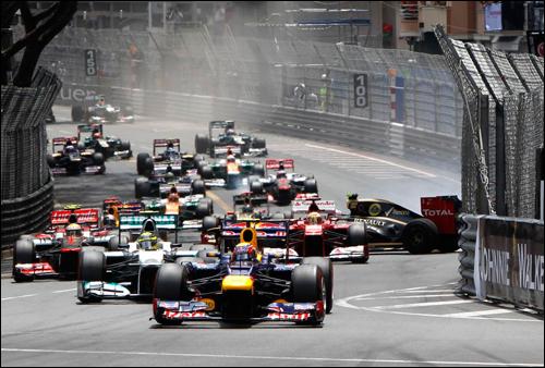 Старт Гран При Монако 2012 года. Все едут вперед, и лишь Грожан - непойми куда