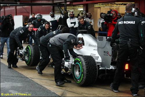 Механики Mercedes работают с машиной Льюиса Хэмилтона