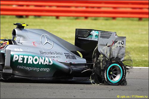 Возвавшаяся шина на Mercedes Льюиса Хэмилтона