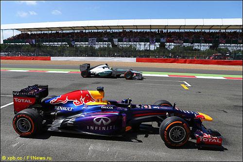 Новый подход Pirelli будет на руку Red Bull Racing и Mercedes