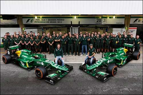 Групповая фотография Caterham на последнем Гран При сезона