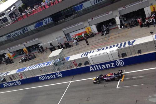 Алекс Линн пересекает линию финиша в первой гонке в Австрии