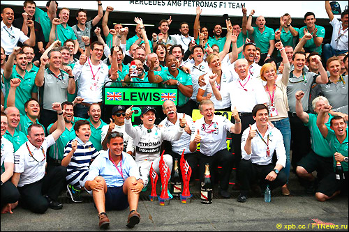 Команда Mercedes празднует первое и третье места в Гран При Германии