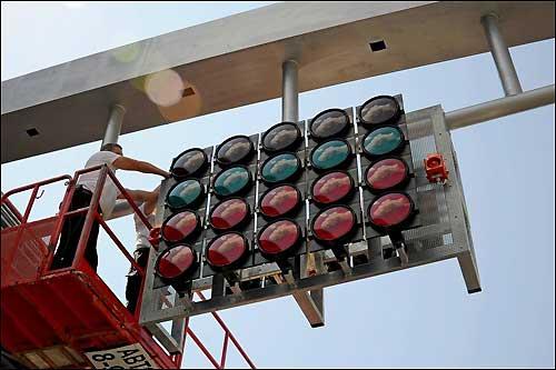 Монтаж стартового светорфора на сочинском автодроме, фото пресс-службы Сочи Автодрома