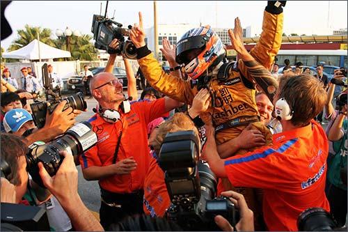 Команда поздравляет Феликса Розенквиста с победой