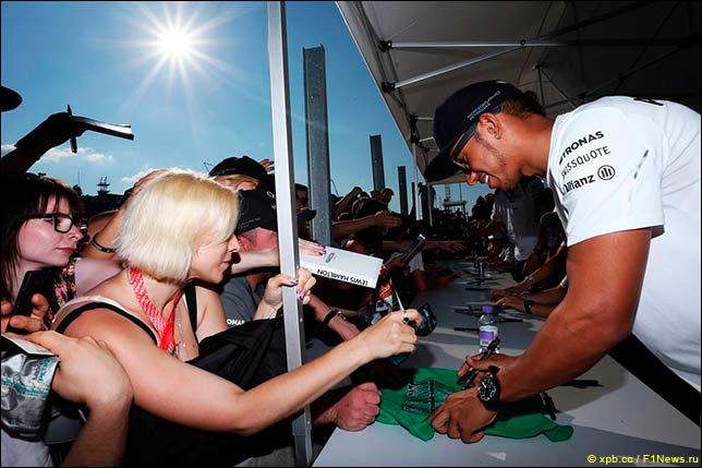 Льюис Хэмилтон на автограф-сессии перед началом Гран При Венгрии