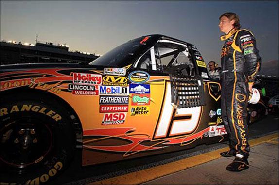 Кими Райкконен у гоночного пикапа, на котором он выступал в серии NASCAR Trucks