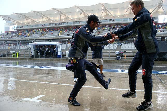 Даниил Квят и Даниэль Риккардо исполняют танец на пит-лейн