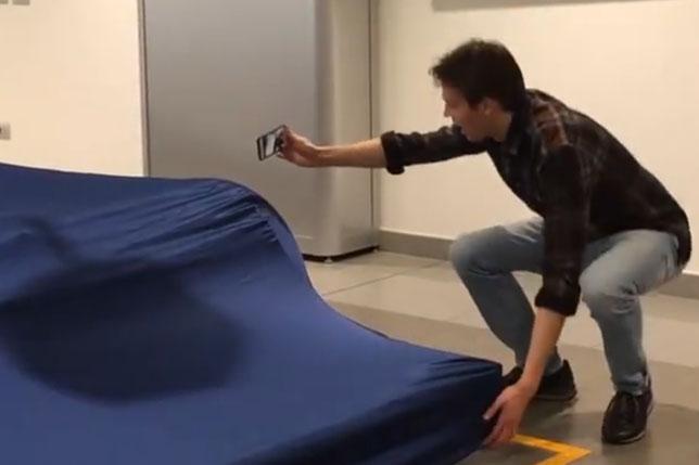 Даниил Квят пытается показать детали новой машины