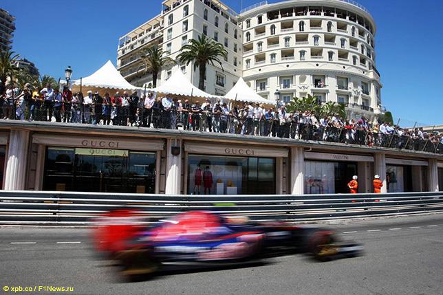 Даниил Квят на трассе в Монако, 2014 год