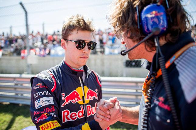 Даниил Квят вместе с гоночным инженером Марко Маттасой