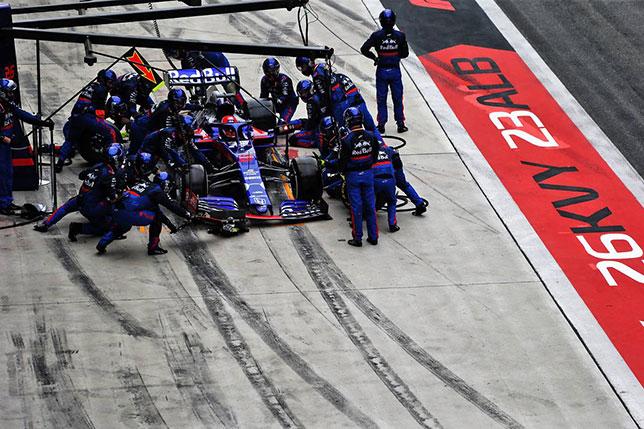 Машина Даниила Квята в боксах Toro Rosso