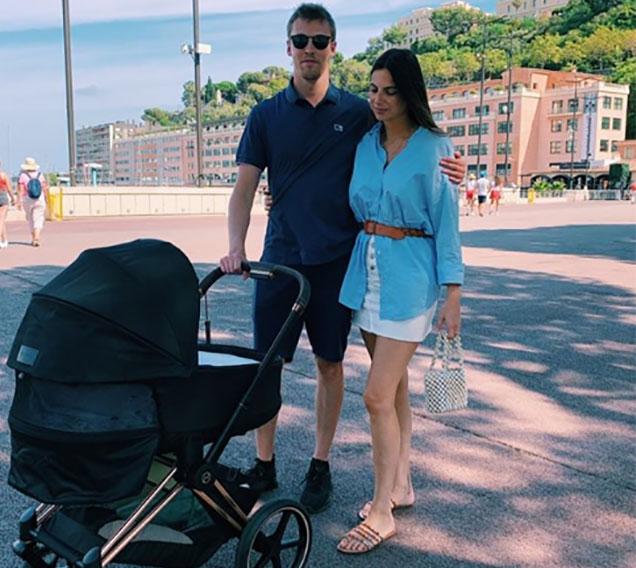 Даниил и Келли на прогулке вместе с маленькой Пенелопой
