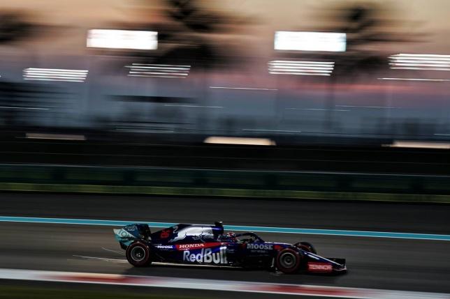 Даниил Квят за рулём Toro Rosso на трассе в Абу-Даби