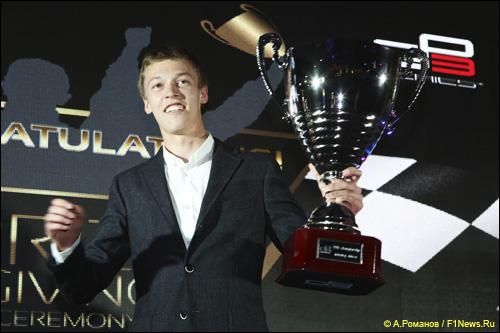 Даниил Квят на церемонии награждения