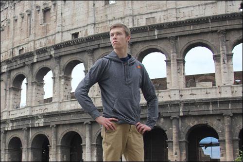 Даниил Квят на фоне Римского Колизея