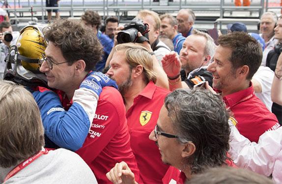 Маттиа Бинотто, руководитель команды Ferrari, поздравляет Роберта с титулом чемпиона Ф3, фото FotoFormulaK