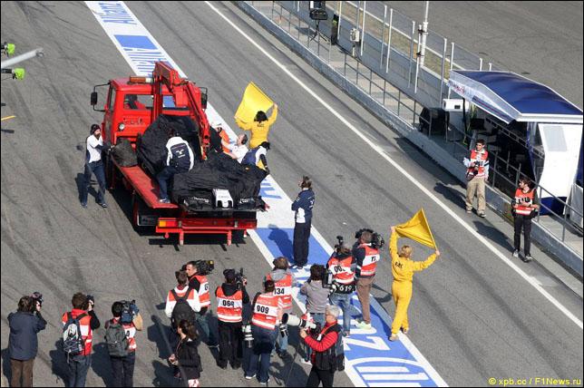 Эвакуация машины Сьюзи Вольфф после столкновения с Фелипе Насром