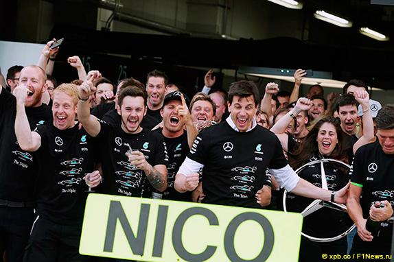 Mercedes празднует завоевание Кубка конструкторов