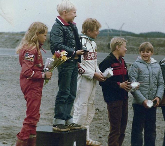 Тару Ринне на второй ступени подиума в 1980 году, когда чемпионом Финляндии стал Мика Сало, а Мика Хаккинен занял 4-е место. На снимке он 4-й слева