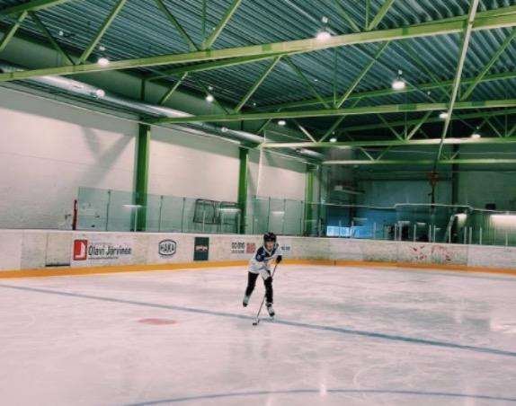 Тиффани Кромвелл тренируется на хоккейной площадке