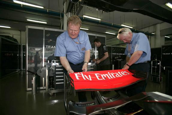 Технический делегат Джо Бауэр и гоночный директор Чарли Уайтинг проверяют заднее антикрыло McLaren, 2004 год